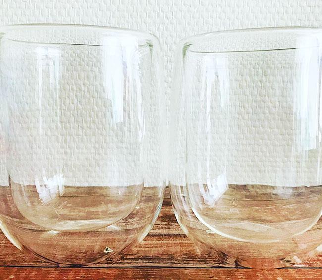 ぽってりとした形でけっこう大きいグラスです。  手が小さいこどもには持ちづらいそうなので大人向けですね。